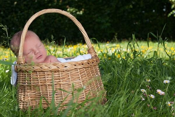 Fotoshoot baby in mandje
