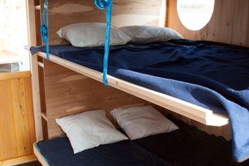 Bedden in een kampeervlot