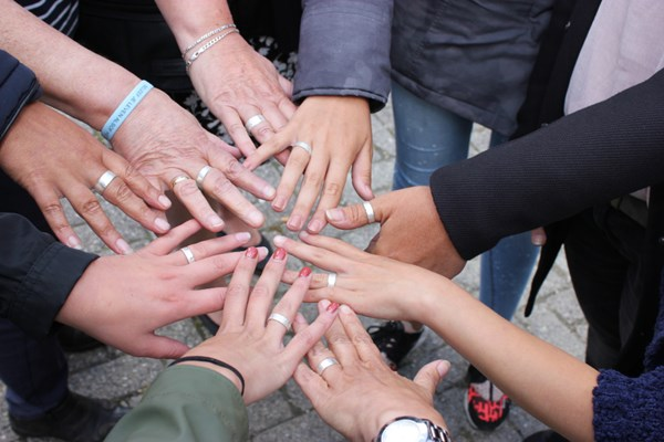 Groep mensen met zilveren ringen