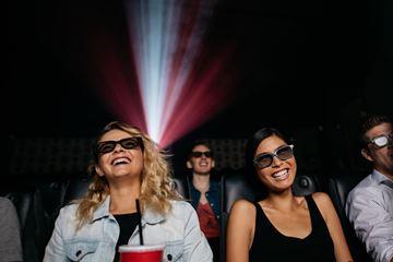 Vriendinnen in bioscoop